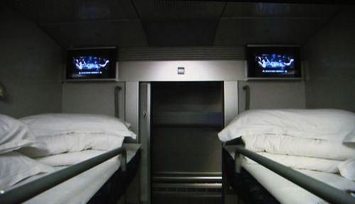 圖片:上海至成都動車普通軟臥車廂每個床位都有電視