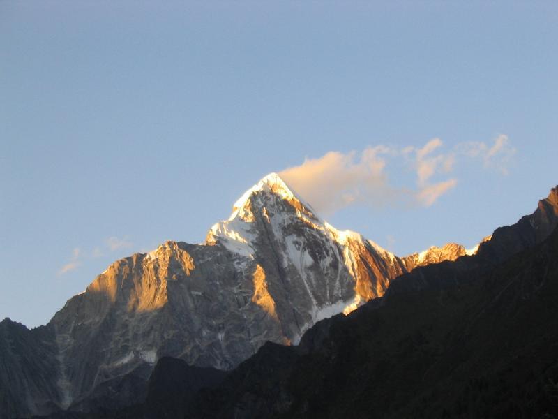 照片:金色的雪山