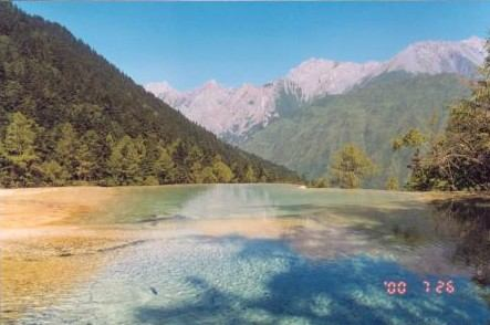 照片:青山碧水一览间-黄龙一景