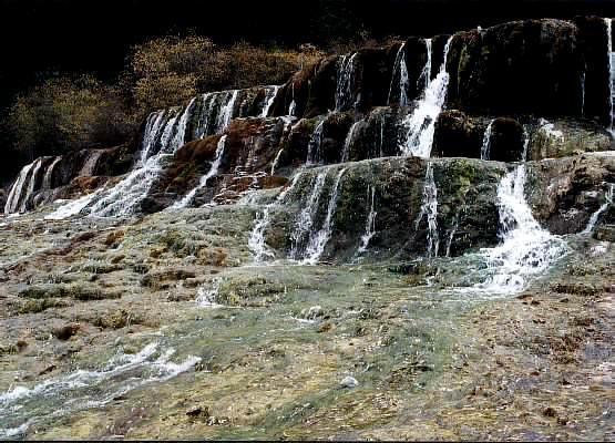 照片:黄龙流瀑
