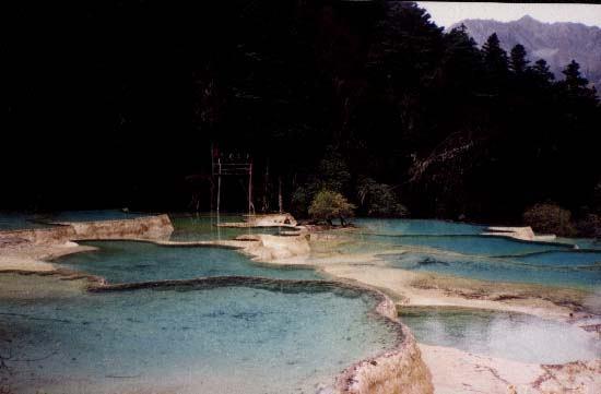 照片:黄龙五彩梯湖