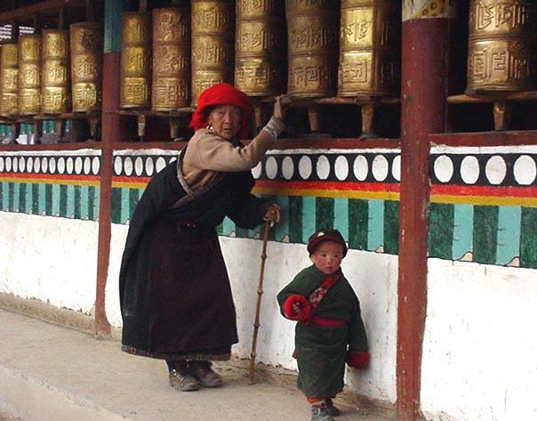 照片:转经筒前的老人与孩子