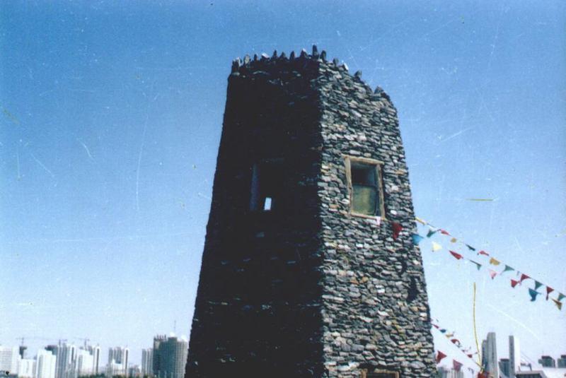 照片:民族园的碉楼和它身后的亚运村