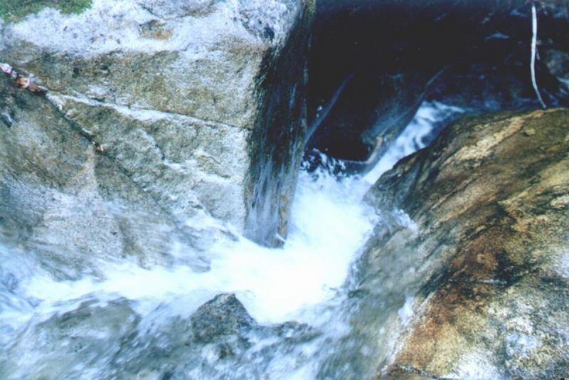 照片:在峡谷中穿行