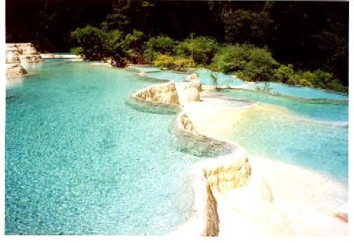 照片:黄龙争艳池