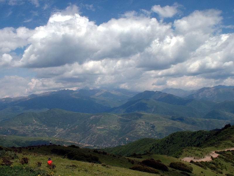 照片:在尕尕山高处远眺