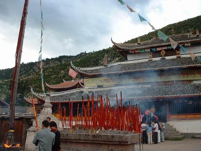 照片:尕咪寺,远处满山都是经幡。