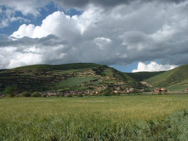 照片:松潘草原上的寨子
