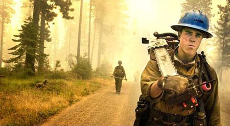 圖文:華盛頓森林大火的滅火隊員在返回車上