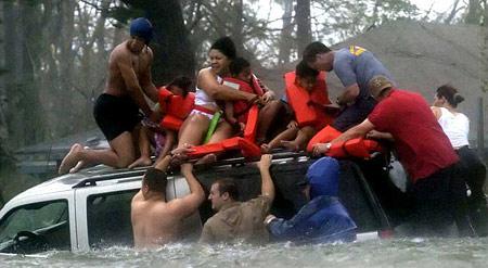 圖文:颶風救援小組正將一家人從車頂上救下