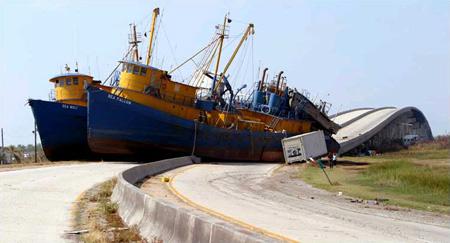 圖文:兩艘160英尺高的漁船被颶風推上高速公路