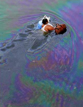 圖文:美國新奧爾良居民在漂著浮油的深水中跋涉