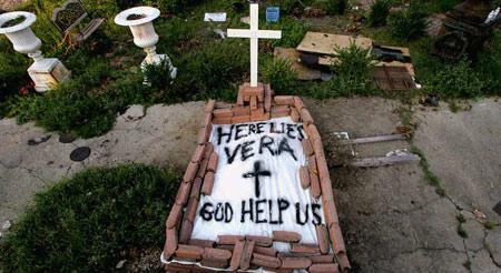 圖文:颶風中遇難者的遺體被簡單地安葬