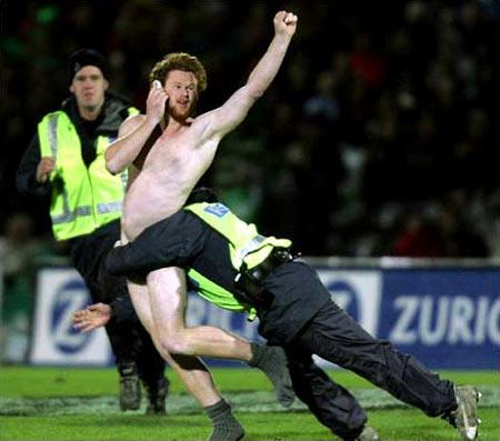 圖文:新西蘭橄欖球賽場上被撲倒的裸奔者