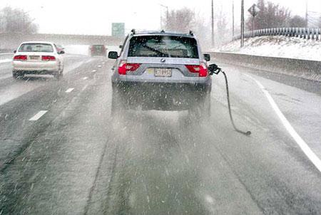 圖文:拖著加油槍的汽車在馬里蘭州公路上行進