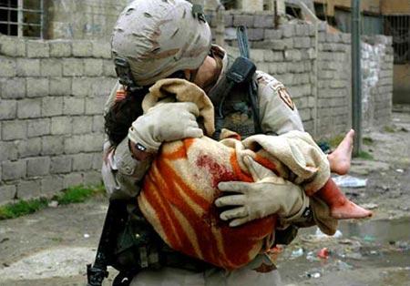 圖文:美軍士兵安撫在自殺性爆炸中受傷的兒童