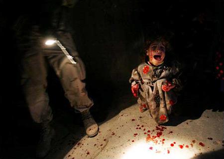 圖文:被美軍打死父母的小女孩坐在地上哭泣