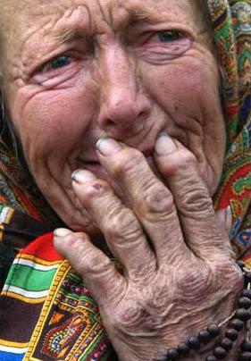 圖文:為教皇去世哀傷的波蘭老婦人