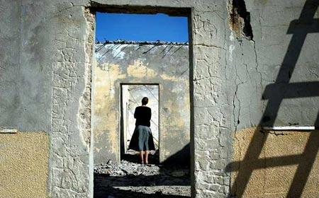 圖文:猶太定居者在自己的房子前徘徊