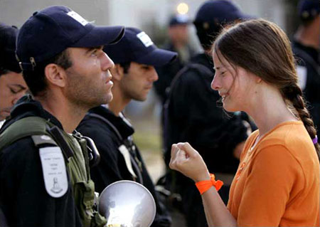 圖文:女孩懇求以色列士兵讓自己留在加沙