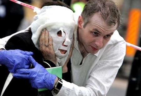 圖文:男子協助面部受傷女子逃離倫敦爆炸現場