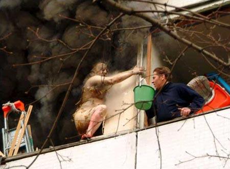圖文:老人從煤氣爆炸的公寓內逃出