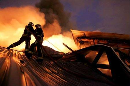 圖文:巴黎騷亂中救火隊員試圖控制倉庫大火