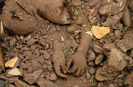 圖文:南亞地震廢墟掩埋的孩子
