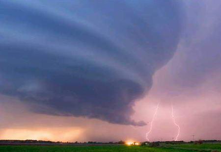 圖文:雷暴逼近美國內布拉斯加州格瑞德島市