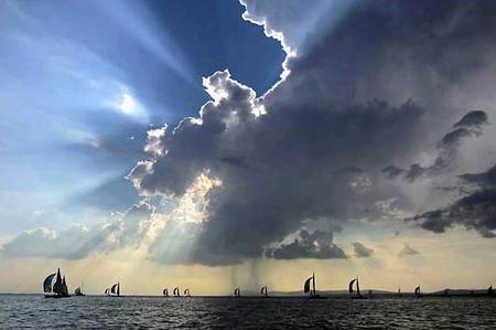 圖文:航行在匈牙利中部巴拉騰湖中的帆船