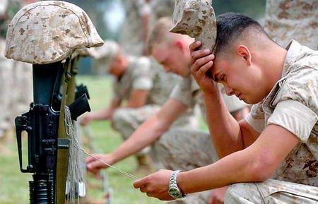 圖文:美國海軍陸戰隊士兵撫摸朋友的標記牌