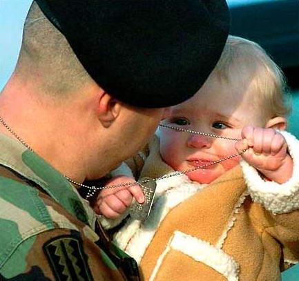 圖文:美國士兵與女兒告別