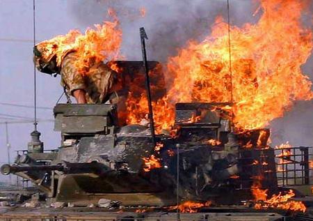 圖文:身上著火的英軍士兵試圖跳下燃燒的坦克
