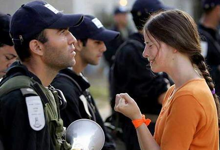 圖文:定居者在以色列士兵面前請求留在加沙