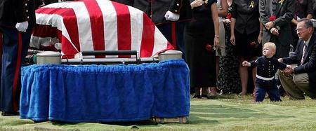 圖文:美國男孩望著父親的棺材