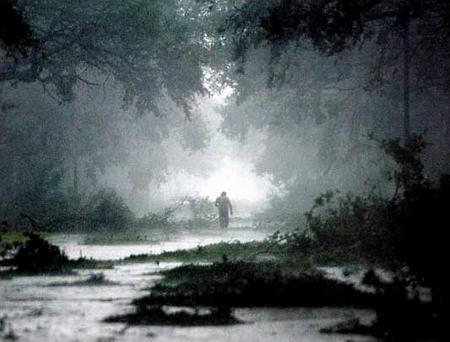 圖文:美國男子走在大雨下的街道上