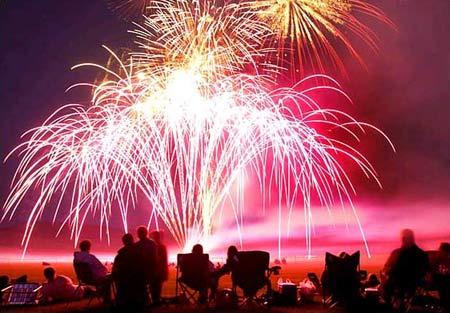 圖文:美國懷俄明州數千名觀眾觀看煙火表演