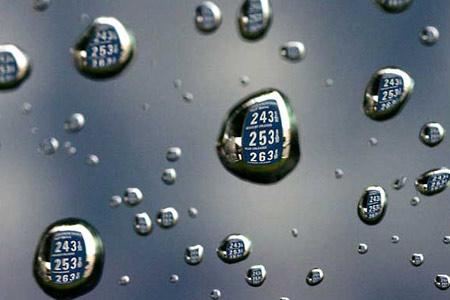 圖文:汽油的價格牌映在雨滴上