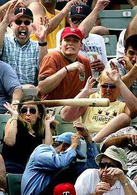 圖文:棒球手擊球時不慎扔出球棒
