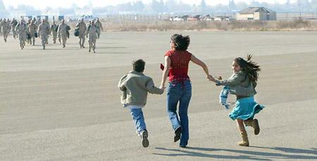 圖文:家屬迎接伊戰中回國的士兵