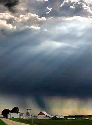 圖文:陽光烏雲和雨水交錯