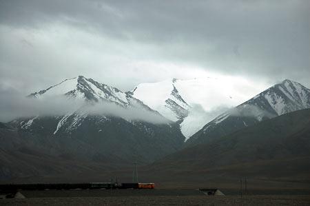 玉珠峰腳下的青藏鐵路