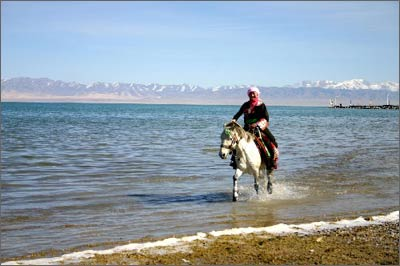 少女在青海湖畔騎馬_青海湖景點指南_樂途旅遊網