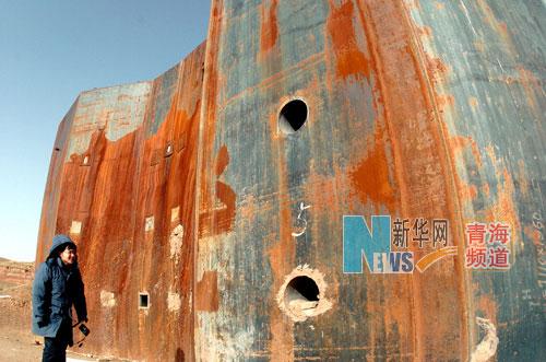一名遊客在參觀原子城的爆轟實驗場,如今這處厚重的實驗設施已是銹跡斑斑