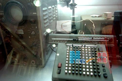 是原子城展覽館展廳陳列的科研工具文物