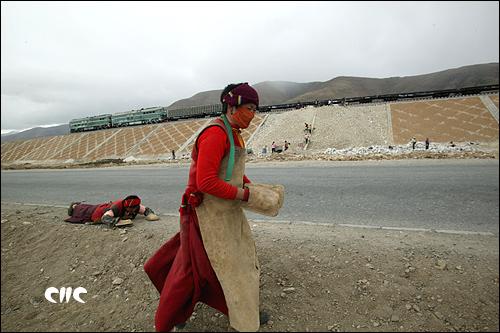 青藏鐵路與公路並肩而行