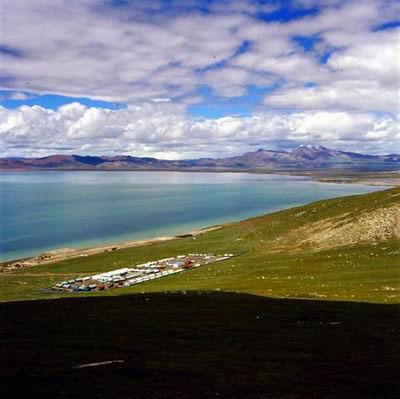 美麗的錯那湖,青藏鐵路在湖邊穿過
