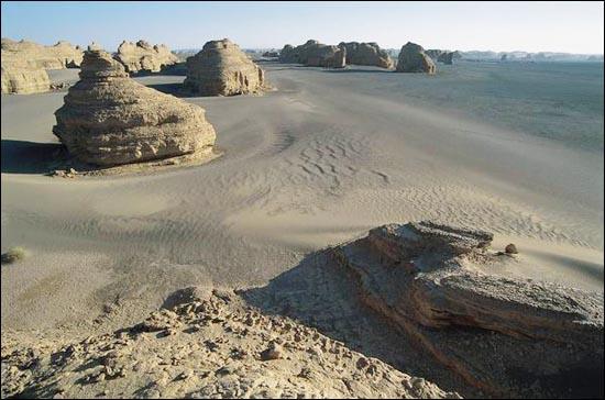 雅丹的質地相當細膩,鬆軟而有彈性,踩上去很容易崩塌,不便天攀登_圖集:走近羅布泊_樂途旅遊網