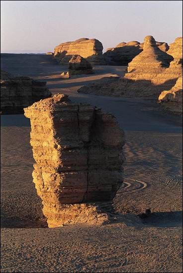 天獨斯人,身在何處!思維、時間、生命均仿已停止,凝固、終結。不知許久,我又聽見了陽光灑在沙礫上那清亮的聲音,看見了被反射出來的金屬般的光澤_圖集:走近羅布泊_樂途旅遊網
