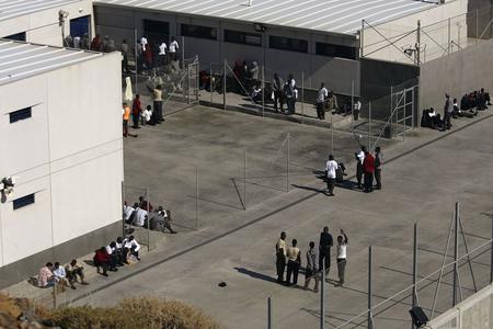 圖文:非洲偷渡客在拘留中心外